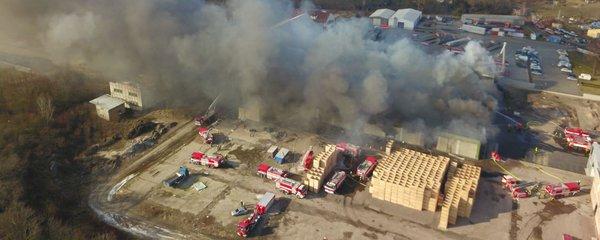 VIDEO: Hoří mrazírny v Mochově! Škoda je 100 milionů, D11 zahalil hustý dým