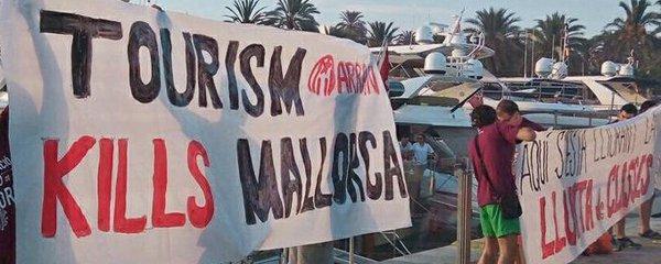 Dovolenkový ráj vyhlásil válku neukázněným turistům: Tvrdé pokuty za alkohol a rvačky!