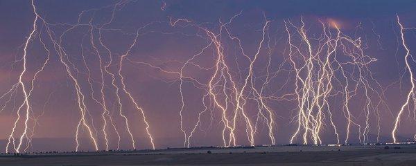 Unikátní foto: Tak blesky bičovaly Česko. Sledujte radar, kde budou v úterý