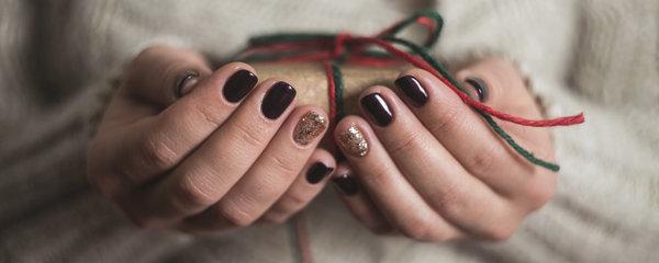 Nejkrásnější vánoční manikúra, kterou zvládnete i sama!