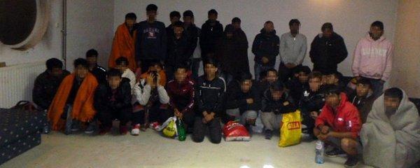 Policie našla 38 migrantů mezi konzervami. Do Maďarska cestovali vlakem