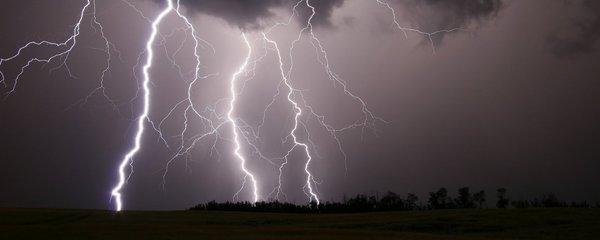 Silné bouřky řádí na západě i jihu Čech. Další u Brna a Jihlavy. Sledujte radar