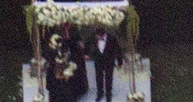 Doherty oblékla bílé šaty s černou stuhou