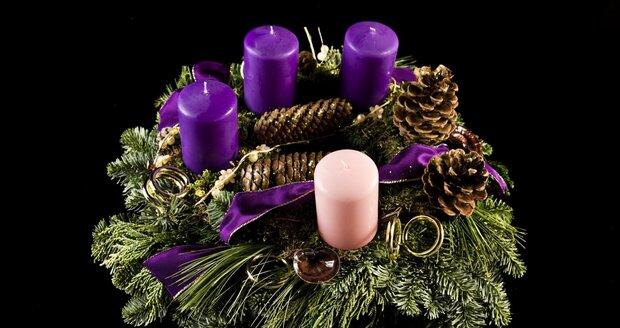 Zelené větvičky s fialovými a jednou růžovou svíčkou - tak by měl vypadat správný adventní věnec.