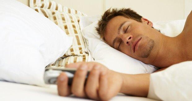 Někteří mladí lidé píší během noční náměsíčnosti SMS zprávy. Ráno si nic nepamatují.