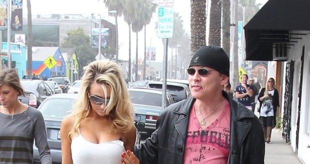 Sedmnáctiletá Courtney se s vým padesátiletým mužem