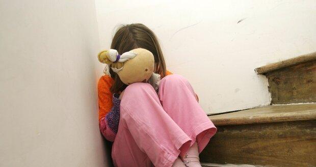 Týrané děti z Chomutova neuměly mluvit a jedly jen rukama: Rodičům hrozí 8 let vězení