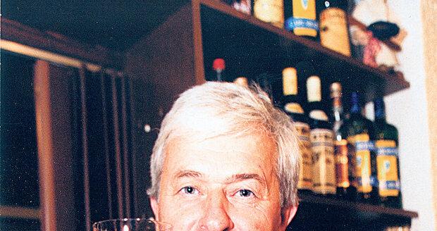 Víno je dar, říká Černý. Rád o něm zpívá a ještě raději ho pije.