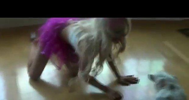 Courtney v kočičím převleku znechutila i svého psa