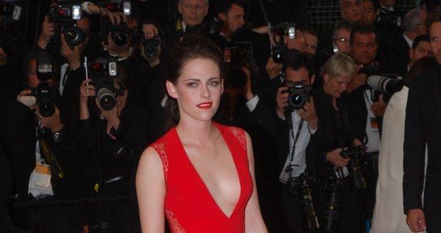 Kristen Stewart jako osudová dáma v červeném.