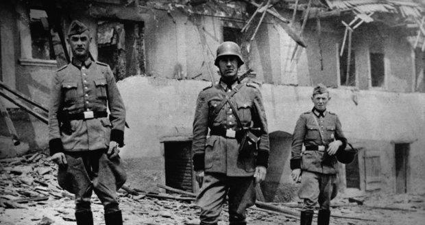Nacističtí vojáci pózují ve zdevastovnaých Lidicích.