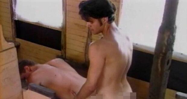 Tetování v přímém přenosu. má sice pikantní soft porno minulost, ale v módní prezentaci je velmi střízlivá.