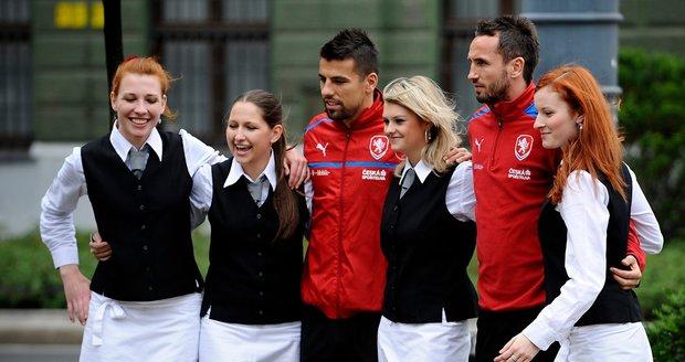 Baroš a Sivok se fotili se zaměstnanci hotelu. K polským fandům je Milan vstřícný