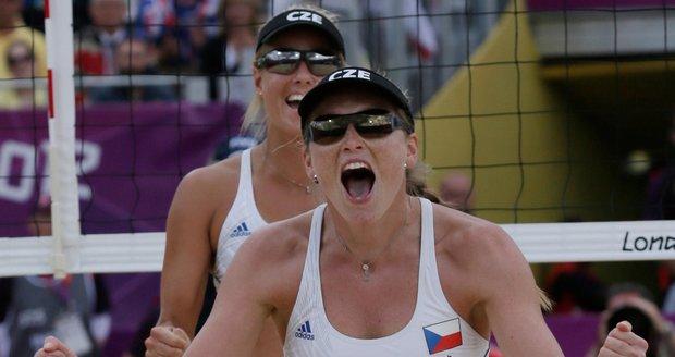 Markéta Sluková (vpředu) a Kristýna Kolocová slaví vítěznou premiéru na olympijských hrách