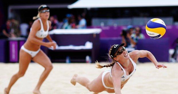 Kristýna Kolocová se snaží vybrat míč v duelu s Rakušankami Schwaigerovými
