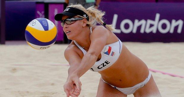 Markéta Sluková během utkání olympijského turnaje plážových voleujbalistek v Londýně