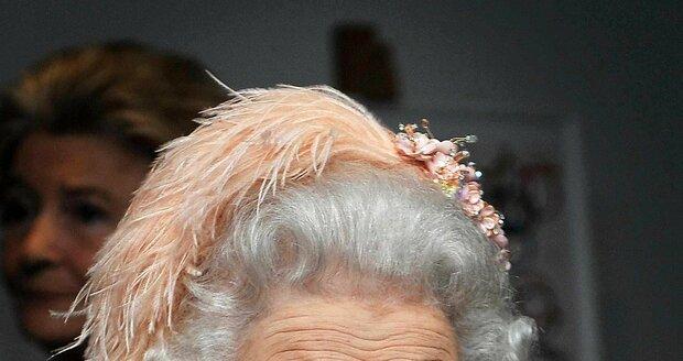 Její Veličenstvo Alžběta II. si ani na slavnostní ceremoniál neopomněla nasadit apartní klobouček