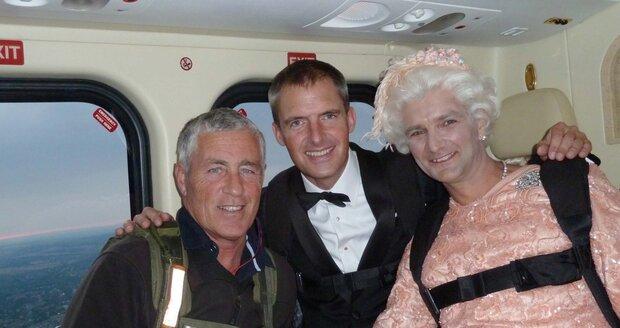 Kaskadéři před seskokem: Královna a James Bond půjdou za chvíli do akce