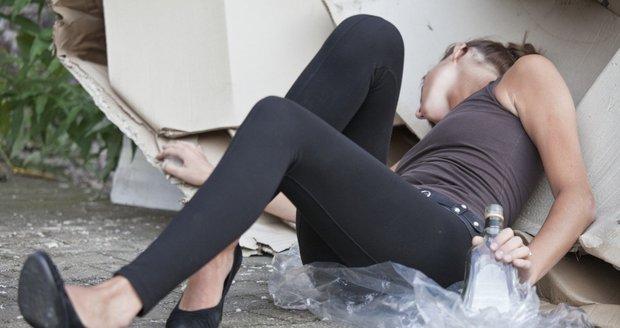 Silně opilá žena ve Znojmě nebyla schopná komunikace. Ilustrační foto