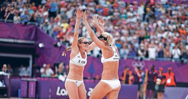 Radují se, až písek lítá! Beachvolejbalistky Kristýna Kolocová (č. 2) s Markétou Slukovou patří mezi nejhezčí olympioničky a taky mezi nejlepších 16 párů turnaje.