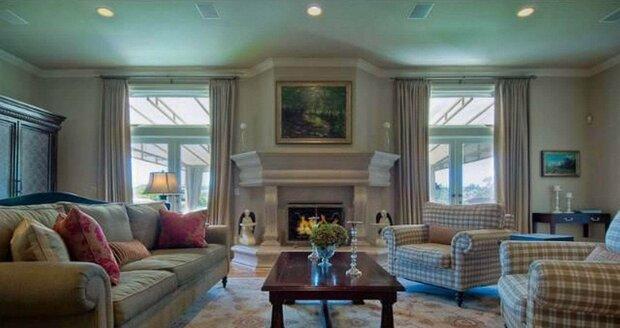 Obývací pokoj lze chladnějších dnech vytápět krbem