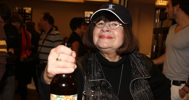 Uršula Kluková s alkoholem v ruce