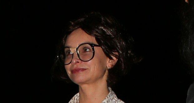Calista se slepovanými šprťáckými brýlemi