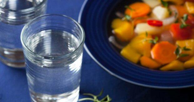 Vvyážená strava s dostatkem zeleniny a ovoce a pravidelný pitný režim zajistí správné fungování těla.