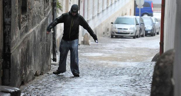 Mrznoucí déšť zkomplikval situaci nejen na silnicích, ale i chodnících.