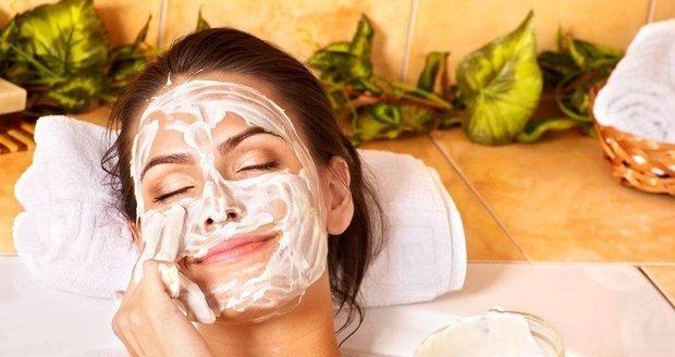 Díky doma vyrobeným pleťovým maskám ušetříte.