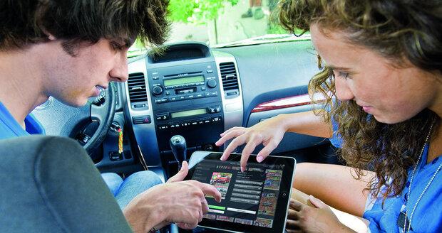 Chytré mobily a tablety si už našly cestu i do kabin automobilů
