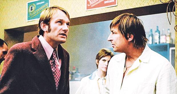 Karel Novák a Luděk Sobota v nezapomenutelné scéně z filmu Jáchyme, hoď ho do stroje.