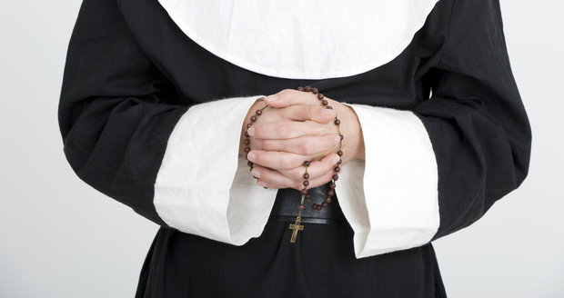 Jeptišku znásilnil třináctkrát biskup, konečně ho zatkli