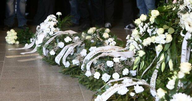 Věnce a květiny pro zavražděnou Petru