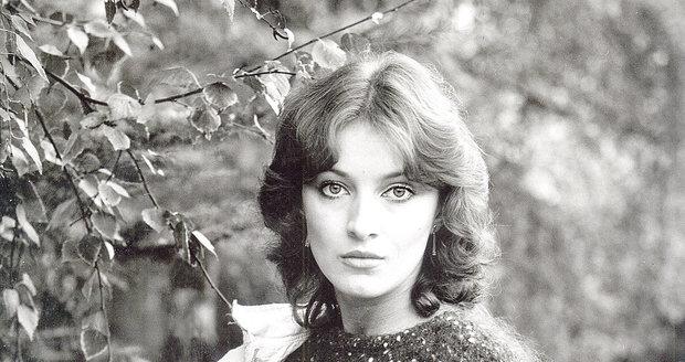 Adamovská točí seriál Sanitka. O krásnou herečku začíná být mezi režiséry zájem. (1984)