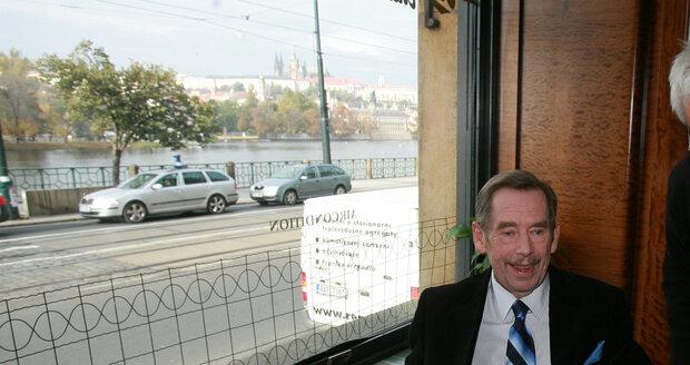 Václav Havel ve své oblíbené kavárně.