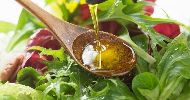 Olivový olej přidávejte do salátu dříve, než jej dochutíte třeba solí