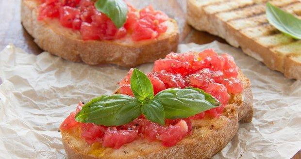 Bruschetta s rajčaty a bazalkou je italská klasika, kterou si zamilujete!