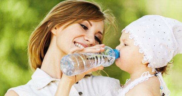 Nejlepší je, když se dítě na žízeň naučí pít vodu. Ale nemusí se to s ní přehánět.