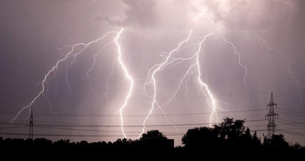 Do Česka přišly bouřky, vtrhly do čtyř regionů. Jak je přežít ve zdraví?