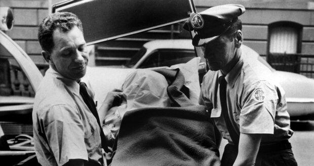 Tělo Marilyn nakládají do vozu k převozu do márnice