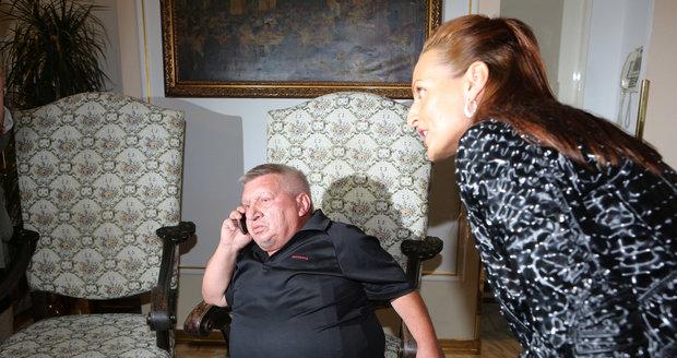 Krytinář nejprve Olivii ignoroval a dělal, že telefonuje.