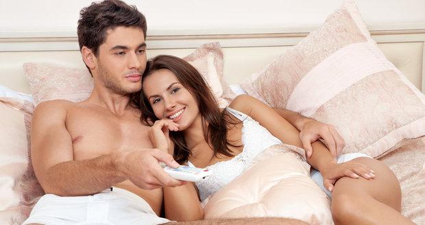 Milovaná žena chápe, že muži sledování sportovních přenosů ke svému životu prostě potřebují.