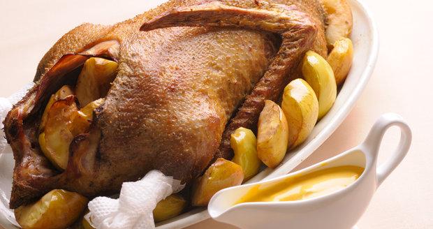 Svatomartinská husa pečená na jablkách je skutečná lahůdka