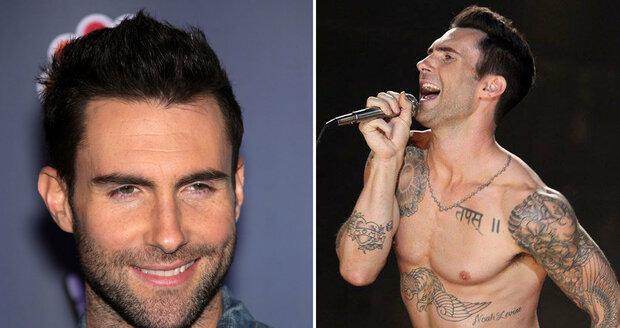 Zpěvák Adam Levine nejen skvěle zpívá, ale také skvěle vypadá.