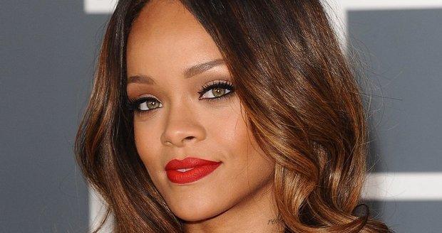 Rihanna je pořádná divoška, ale žena souložící na jachtě skutečně není ona