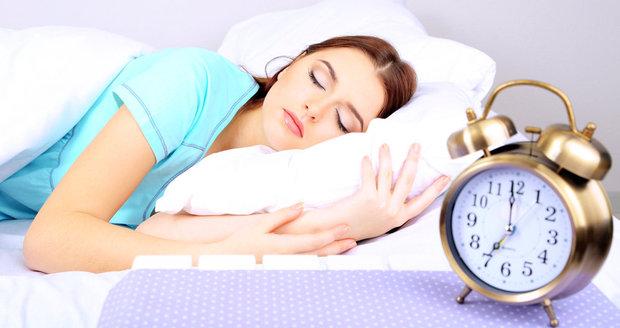 SLidé, kteří každý den vstávají a chodí spát ve stejný čas jsou štíhlejší, než ti s nepravidelným spánkem.