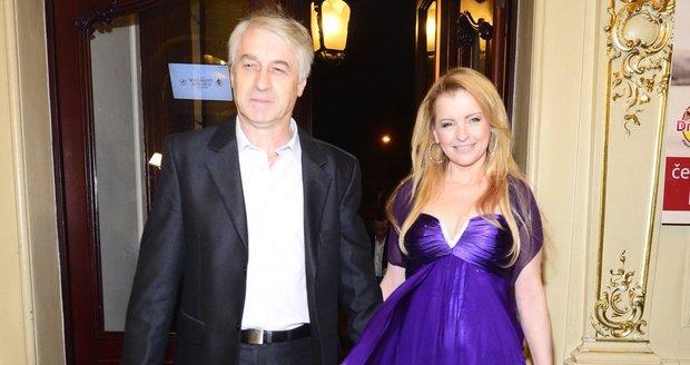 Iveta Bartošová s Josefem Rychtářem. Bartošová má šaty z půjčovny.
