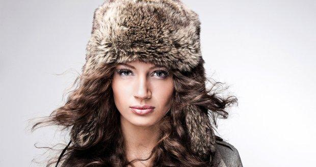 Chcete mít krásné a lesklé vlasy i v zimě? Chraňte je před vysušením a mrazem!