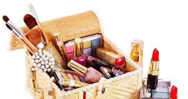 Neskladujte kosmetiku, kterou nepoužíváte. Může vám nadělat víc škody než užitku!